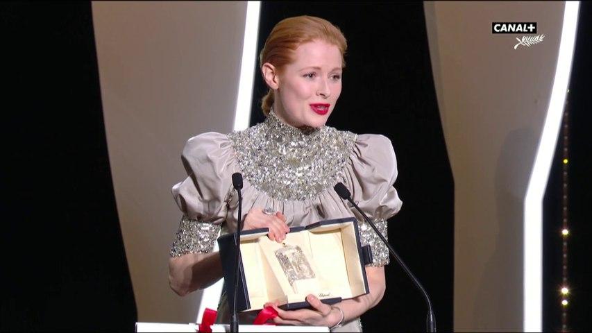 Emily Beecham reçoit le prix d'interprétation féminine pour Little Joe - Cannes 2019