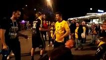 Les joueurs saluent les supporters à la sortie de Bercy.