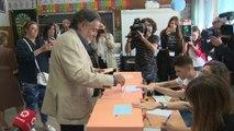 Pepu Hernández vota en el Colegio Padre Coloma