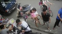Un homme avec sa petite fille perd le contrôle de son scooter et fonce dans un magasin