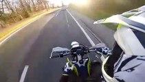 Karma : ce motard est interrompu par la police en faisant des roues arrières !