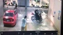 Un motard fait le con à la station de lavage et va le regretter !