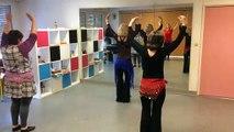 De la danse orientale lors de cours pour adultes au centre social Saint-Roch