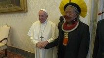 شاهد: البابا فرنسيس يلتقي زعيم جماعة للسكان الأصليين من غابة الأمازون