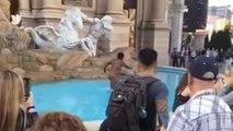 Une femme se ballade nue dans la fontaine du Caesars Palace à Las Vegas
