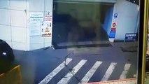 Une femme a ses freins qui lâchent juste au moment de sortir d'un parking !