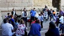 Orange : un cours de chorale pour parents et enfants sur la scène du théâtre antique à l'initiative des Chorégies.