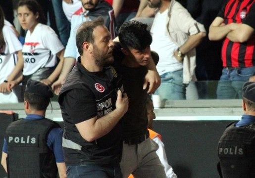 Hatayspor-Gazişehir Gaziantep maçında iki taraftar gözaltına alındı