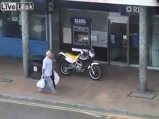 2 motards braqueurs stoppés par la police en leur fonçant dedans