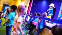 Aire de jeux intérieure pour les enfants avec Thomas et Sam Sam est un amusant jeu de construction