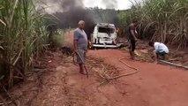 TRANSPORTE ESCOLAR: Kombi pega fogo na Zona Rural de Pedras de Fogo