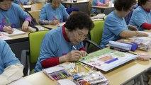 نساء مسنات يدخلن المدرسة الابتدائية في كوريا الجنوبية