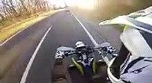 Karma ce motard est interrompu par la police en faisant des roues arrières !