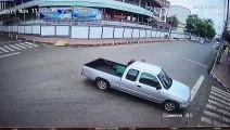 Un motard chanceux percute une voiture mais s'en sort très bien