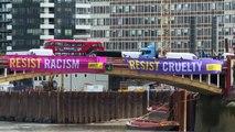 """Visite de Trump à Londres: Amnesty International déploie des banderoles appelant à """"résister"""""""