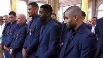La réaction épique de Dembélé quand il se fait décorer par Macron