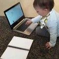 Ce bébé fait semblant de travailler sur un ordi portable... comme vous au boulot !