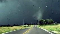 Un conducteur se retrouve face à face avec une grosse tornade à Valeria, Iowa