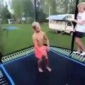 Cet ado se souviendra longtemps de ce saut sur un trampoline... Mal au dos