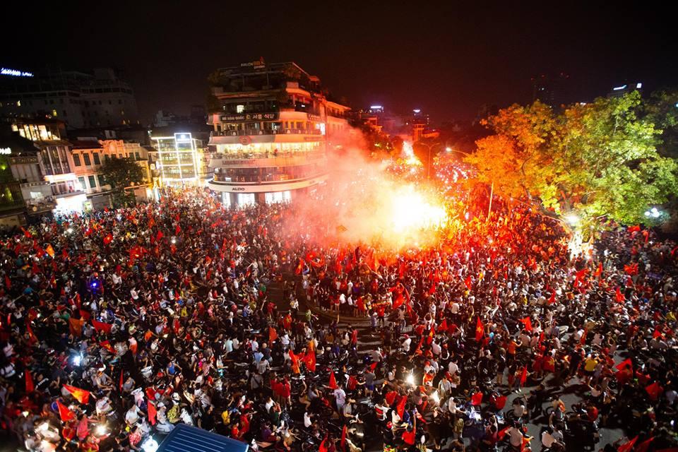 CĐV vỡ oà trước chiến thắng của đội tuyển Việt Nam vào những phút cuối cùng - YAN TV