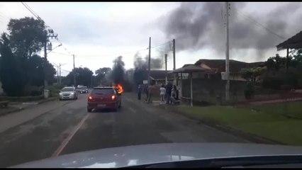 Carro pega fogo em rua de Curitiba
