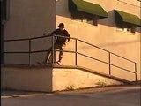 Ce skateboarder s'éclate au sol... sans skateboard !