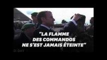 Macron et un vétéran du commando Kieffer remettent le symbolique béret vert à un jeune soldat