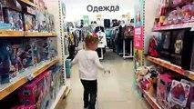 Poupée bébé fille drôle de lire un amusant jeu de cache-cache