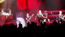 Le chanteur de Judas Priest met un gros kick dans le smartphone d'un spectateur