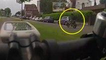 Un motard insulte un cycliste et se fait instant karma