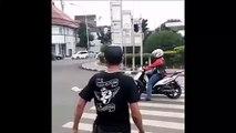 Ce scooter s'arrete sur le passage piéton et il va le regretter