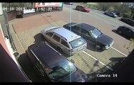 Elle se complique la vie en essayant de sortir de sa place de parking... Ridicule
