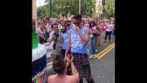En kilt et en pleine gay pride, cet Écossais fait sa demande en mariage