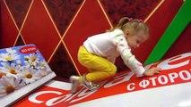 Drôle de bébé de jouer dans l'aire de jeux intérieure avec des jeux géants des enfants