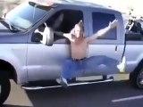 Ce fou sort de son 4x4 en route et s'amuse à faire des acrobaties