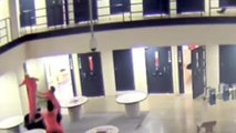 Trois détenus sauvent la vie d'un prisonnier suicidaire qui saute d'un étage avec un chariot à linge