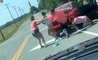 Quand 4 femmes sortent de leurs voitures pour régler leurs comptes à leur façon