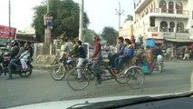 Autofahrt im Stadtverkehr von Hardoi / car drive in a city in India / voyage en voiture dans Inde. RIN080115