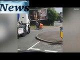 Un routier vient aider une vieille dame à traverser la rue... Beau geste