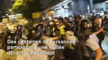 Hong Kong: des centaines de personnes participent à une veillée nocturne devant le Parlement