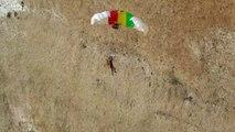 Salta en paracaídas y choca contra un muro: así salvó la situación