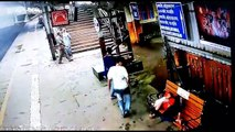 Smooth criminal boldly steals phone from sleeping man in Mumbai