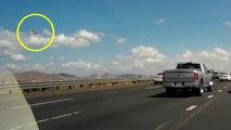 Le pilote d'un F-16 Fighting Falcon s'éjecte avant un crash juste à côté d'une autoroute