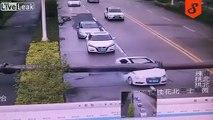 Ce conducteur miraculé sort vivant de sa voiture écrasée par un poteau