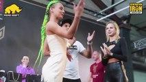 Des filles participent à un concours de fessées en Russie