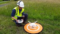 Un technicien Enedis fait voler un drone au-dessus d'une ligne à haute tension
