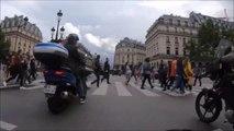Cet homme en scooter fait n'importe quoi à un passage piéton et ça fini mal