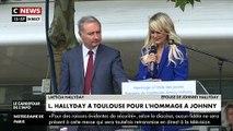 Regardez les images de Laetitia Hallyday qui s'effondre en larmes pendant son discours devant le Zenith de Toulouse