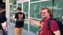 Jack Black rencontre un fan portant le t-shirt Tenacious D