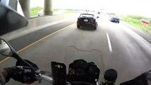 Un motard bienveillant se dévoue sur l'autoroute... Beau geste